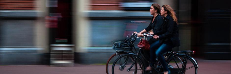 Fietsen met fietsmandje