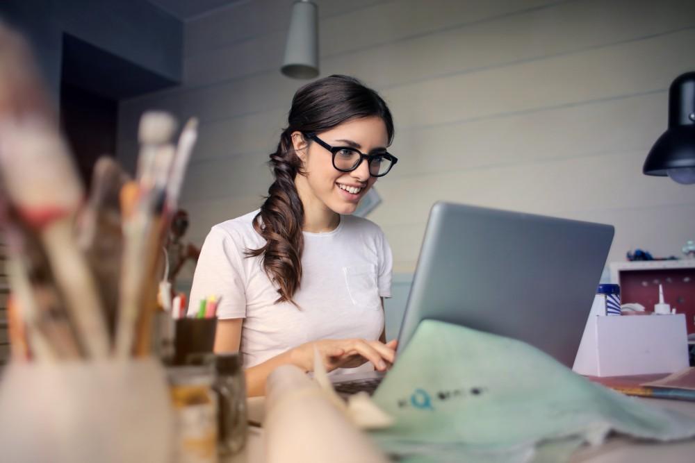 Jonge ondernemer werkt op laptop