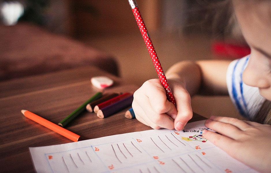 Kind tekent in schrift
