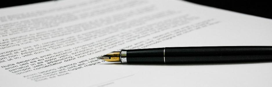 stylo noir à cartouche sur une feuille de papier