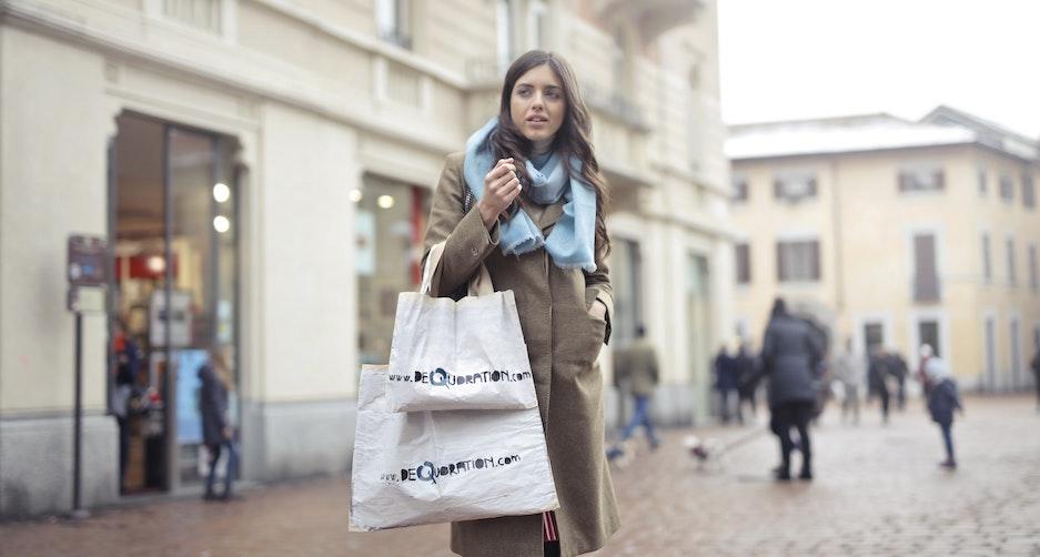 Vrouw met katoenen tas met logo